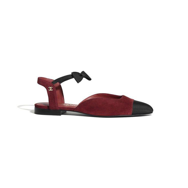 酒紅麂皮羅緞雙色蝴蝶結平底鞋,28,000元。圖/香奈兒提供