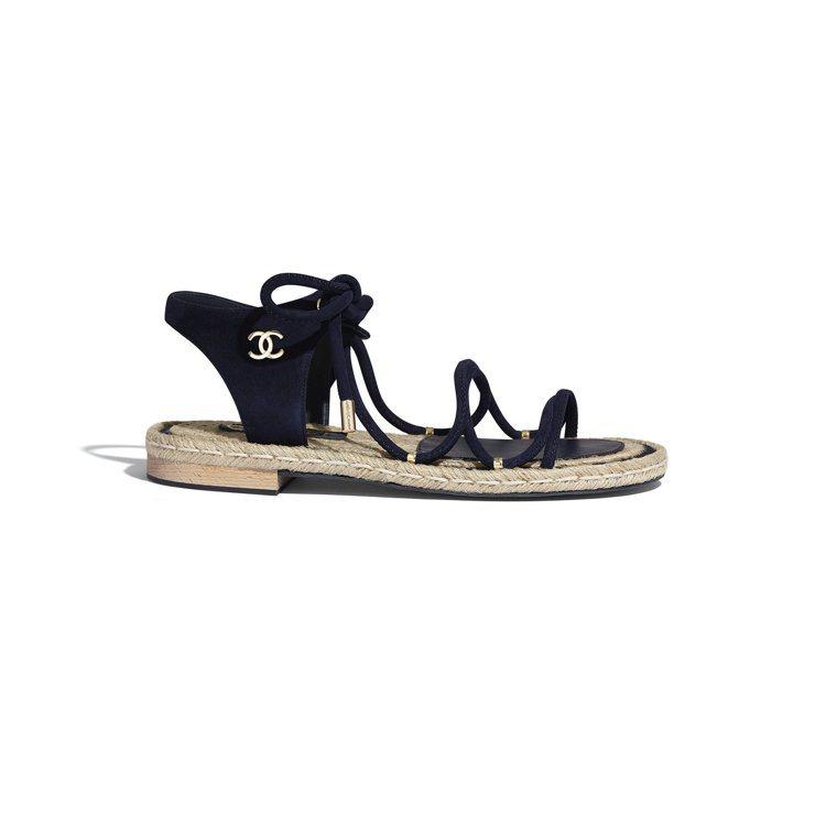 黑色麂皮綁繩軟木平底涼鞋,29,900元。圖/香奈兒提供