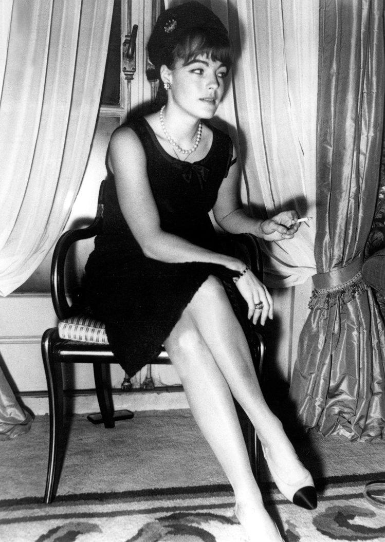 香奈兒女士推出雙色鞋,以心中所謂「優雅的高度」創造出一雙可以適合各種場合與時間的...