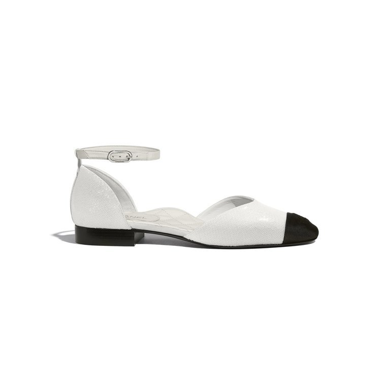 象牙白亮片羅緞雙色繞踝平底鞋,40,500元。圖/香奈兒提供
