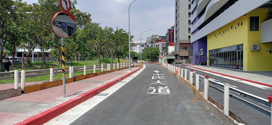 市民大道五段至六段原為單向通行,今改為雙向通行並將於下午3點正式通車。圖/新工處...