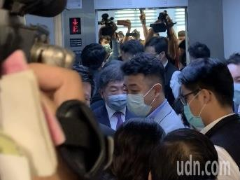 衛福部長陳時中面對媒體詢問第2波疫情問題,僅表示第1波都還沒過,隨即快閃步入電梯離開。記者巫鴻瑋/攝影