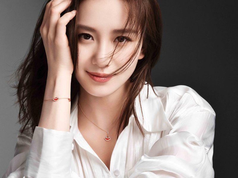 Qeelin品牌大使劉詩詩配戴上Qeelin Yu Yi系列紅瑪瑙鑽石手環與項鍊,散發甜甜桃花氣場。圖 / Qeelin提供。