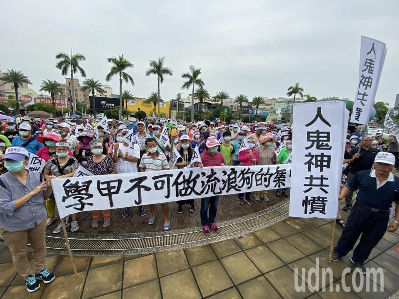 學甲人反對設置動保教育園區自救會今天上午前往台南市議會抗議。記者鄭維真/攝影