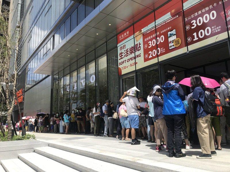 開店前館外排隊人潮。記者江佩君/攝影