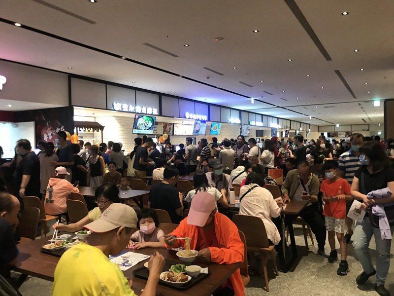 7樓美食天地的用餐區大爆滿。記者江佩君/攝影