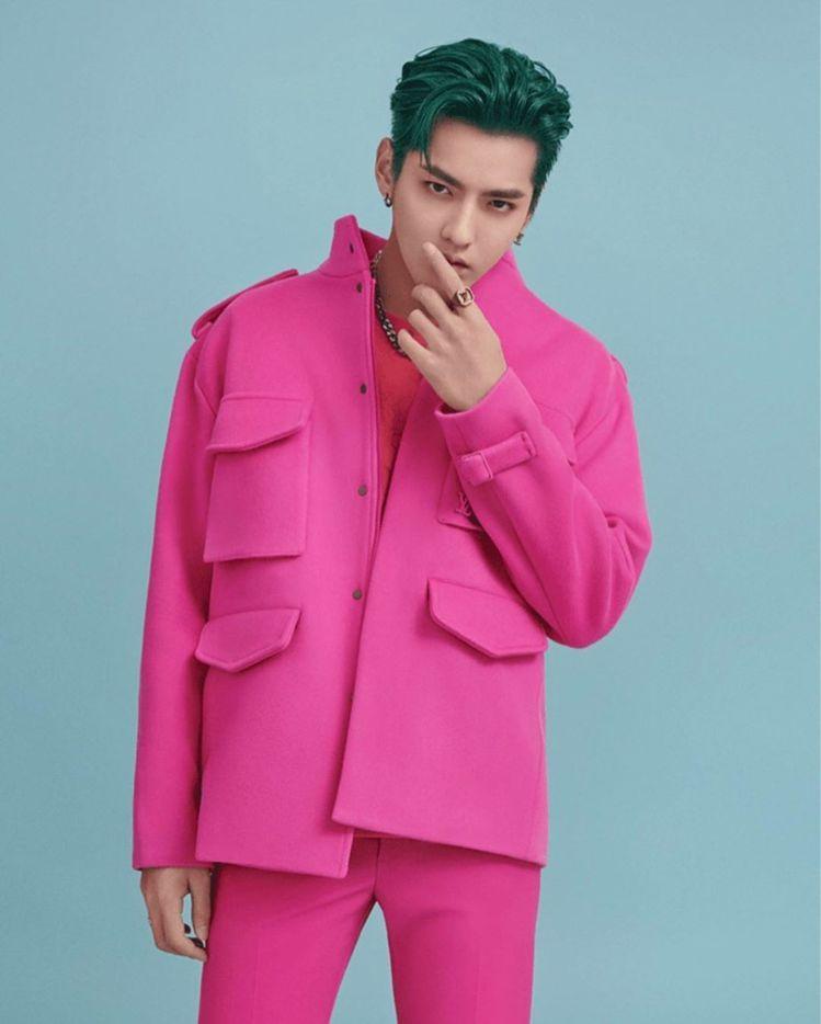 吳亦凡身穿桃紅色系的路易威登2020秋冬男裝。圖/取自IG
