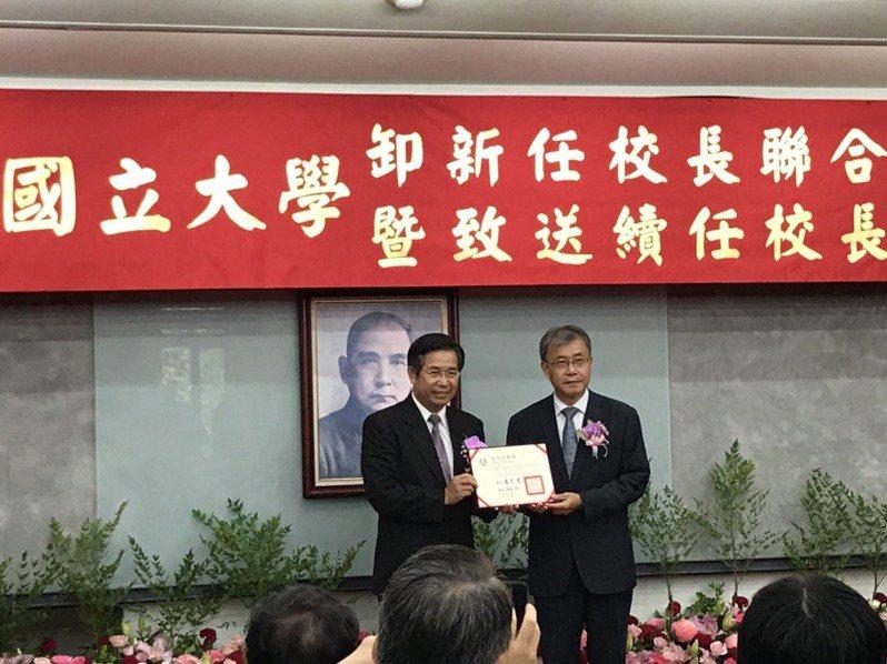 中山大學校長鄭英耀(右)將續任校長。記者潘乃欣/攝影