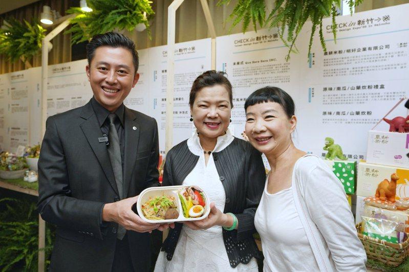 新竹市長林智堅與經濟部長王美花參觀台創設計力輔導成果。圖/新竹市政府提供