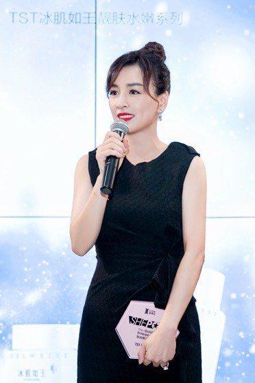 美容化妝品業商會書記、中國國際美博會創始人馬婭頒發她「消費最佳女性傑出企業」獎給...
