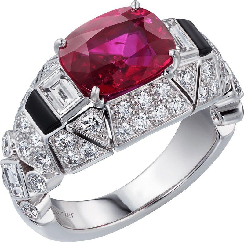 Cartier,VARANTIA紅寶石鑽石戒指,白K金,鑲嵌梯形切割與圓形明亮式切割鑽石,主石為3.22克拉的枕形緬甸紅寶石,約3,490萬元。圖 / Cartier提供。