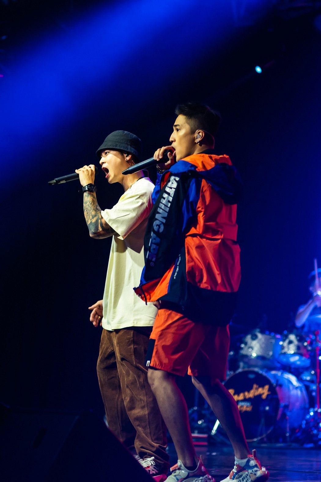 婁峻碩(右)、高爾宣合唱2首歌曲。圖/想不到音樂工作室提供