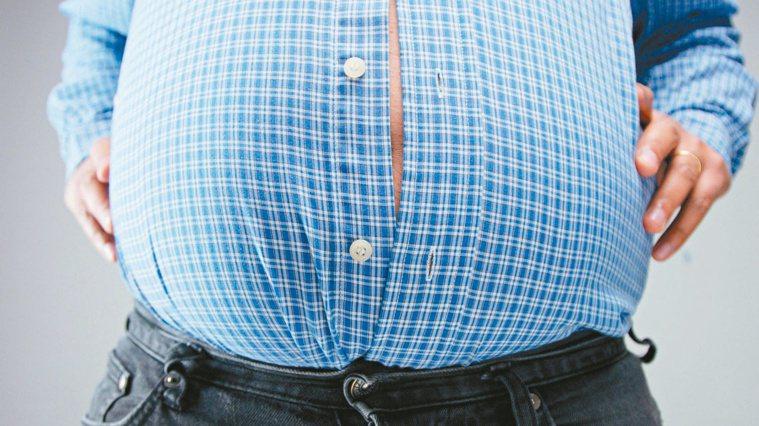 只要含有酒精成分,長期喝下高熱量的酒,脂肪就會累積在腹部。圖/123RF