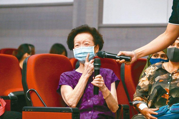 受傷、留疤是每個人都有過的經驗,現場聽眾踴躍發問。 記者曾原信/攝影