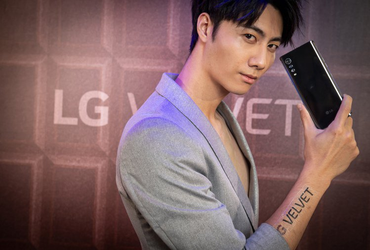 LG VELVET「黑森林巧克」以經典沈穩的鏡面光澤,展現簡約時尚。圖/LG提供