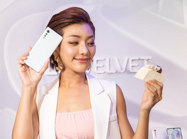 LG VELVET「奶霜克林姆」的貝殼色澤時尚典雅,螢幕及背蓋皆採用3D Arc...