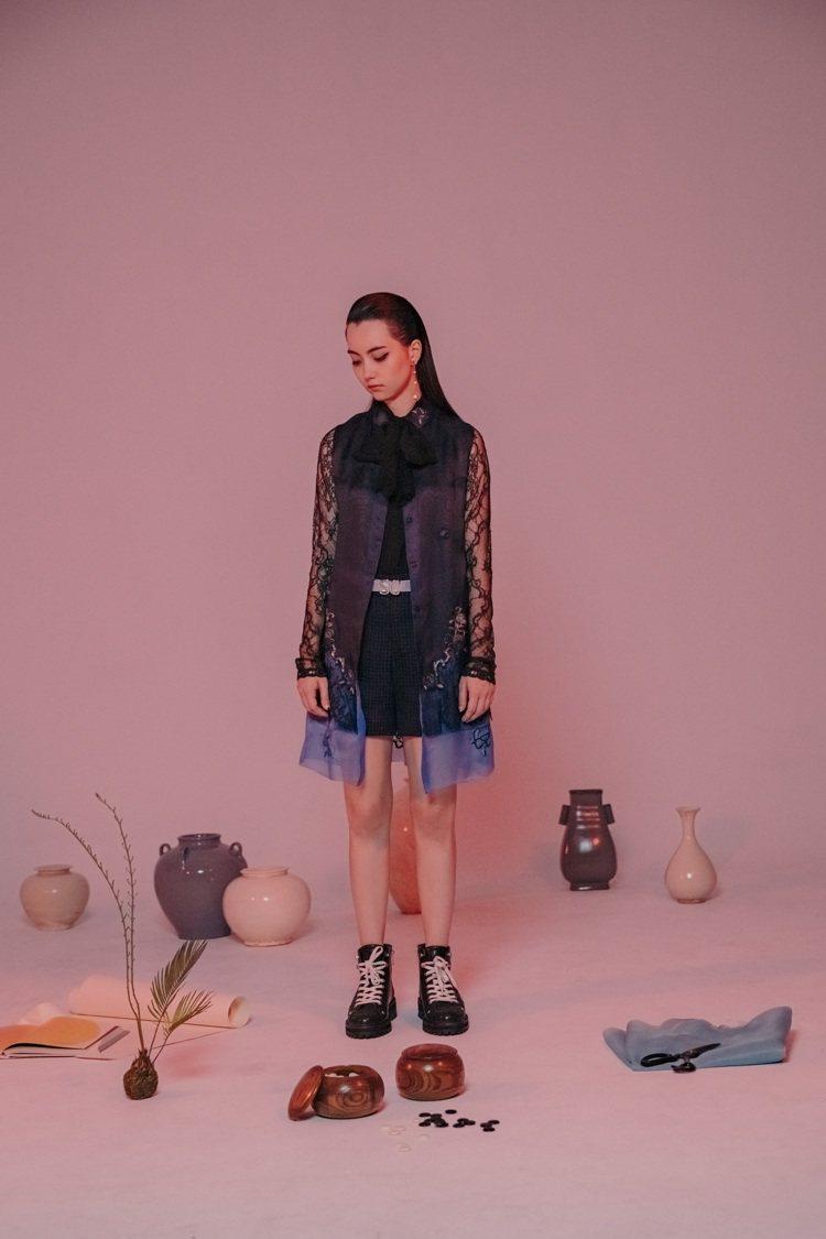 黑嘉嘉拍攝以五○年代風韻女裝為靈感的夏姿早秋系列。圖/夏姿提供
