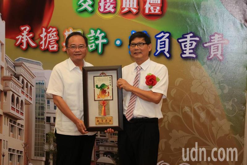 民雄鄉長何嘉恒(左)送紀念品給協志工商新校長王安順(右)。圖/ 協志工商提供