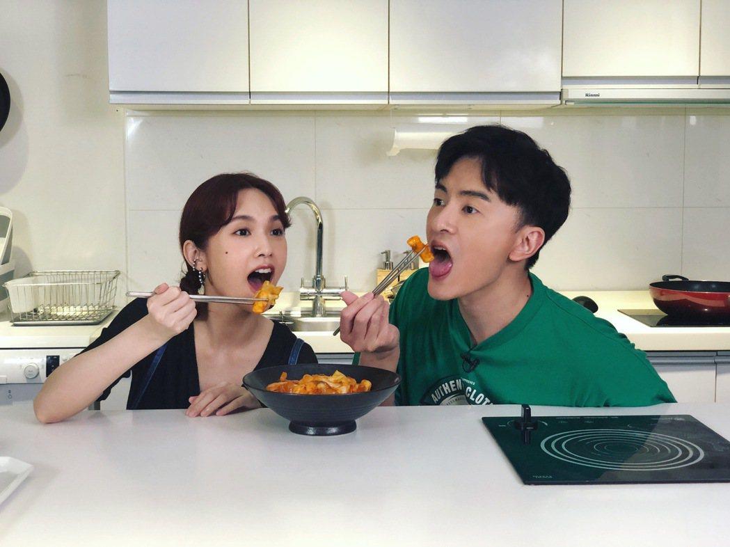 楊丞琳(左)、鄭元暢零廚藝竟做「天使料理」。圖/M.I.E.最大國際娛樂提供