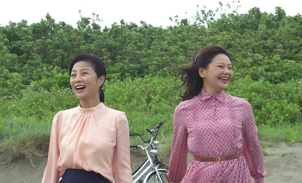 方文琳(左)、林嘉俐拍攝一場海邊散心戲。圖/台視提供