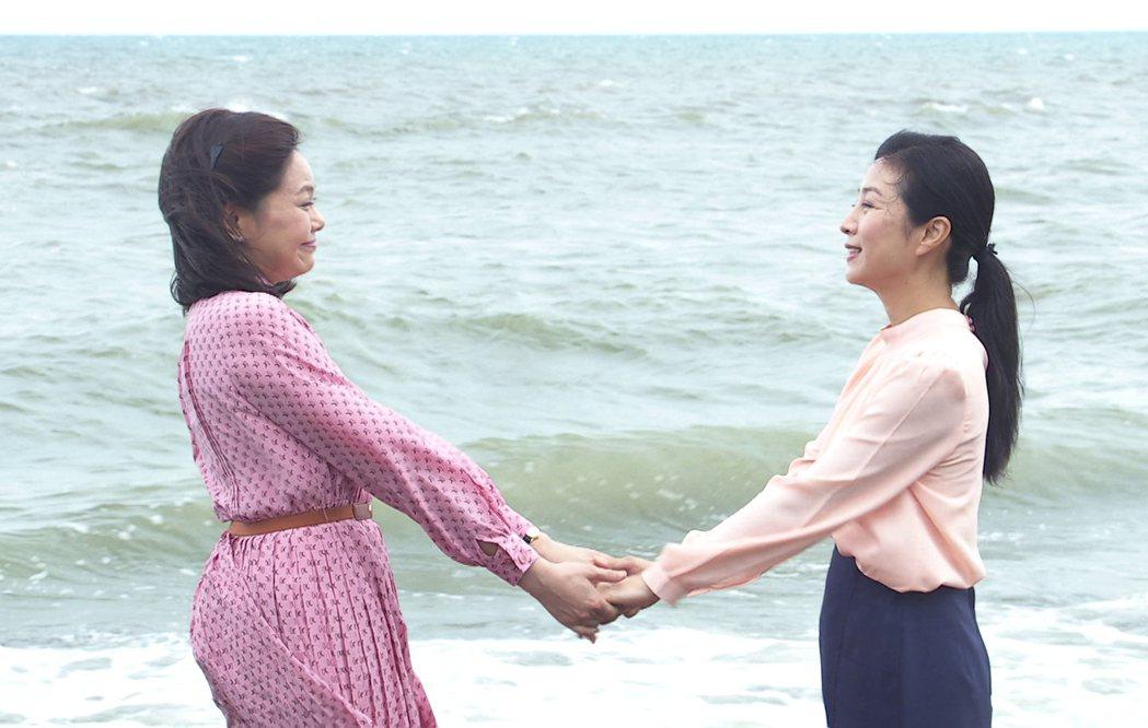方文琳(右)、林嘉俐在「生生世世」中經過一夜的談心,友誼更進一步。圖/台視提供