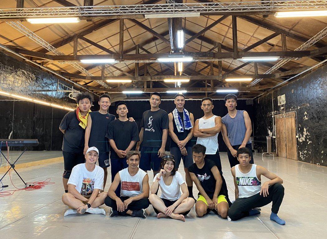 戴愛玲(前中)出道首場個唱邀來享譽國際的布拉瑞揚舞團合作。圖/索尼提供