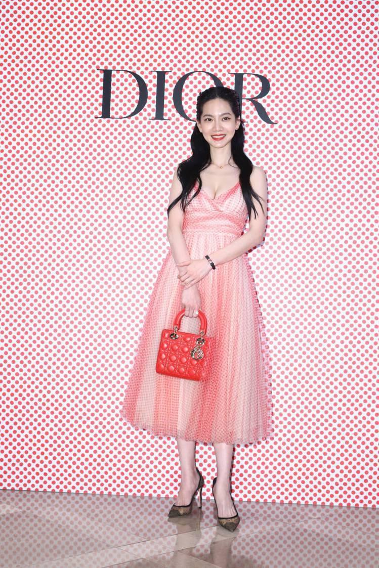 曾之喬身穿Dioramour紅色波卡圓點薄紗洋裝35萬元、羅盤玫瑰紅色真漆腕表1...