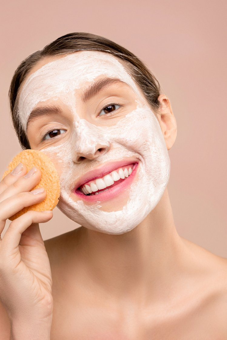 將臉洗乾淨後可以用一次性的臉巾擦拭,才不會讓滋生在毛巾上的細菌,感染肌膚。圖/摘...
