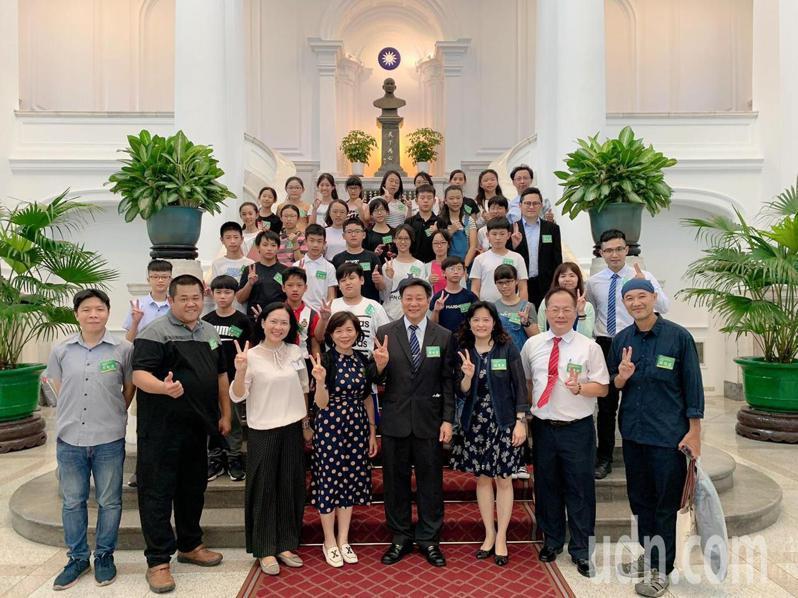 台南市海東國小參加全球虛擬教室跨國專題合作競賽,獨得金牌,今天下午到總統府接受表揚。圖/海東國小提供