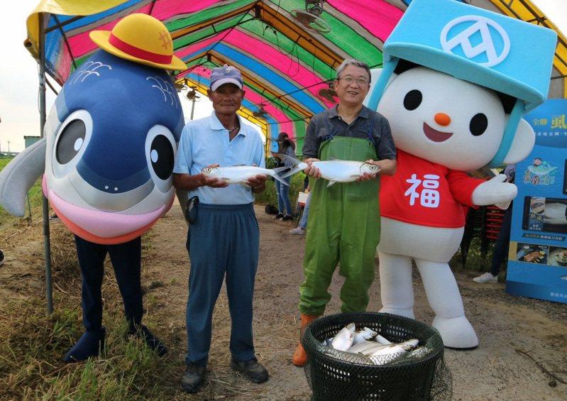 全聯副董事長謝健南(右二)與全聯福利熊及臺南市吉祥物魚頭君,共同推薦台南「鮮饌」生態養殖的虱目魚風味。圖╱全聯提供