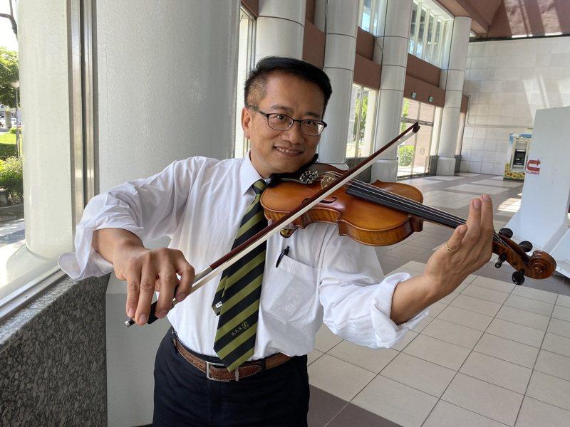 民進黨台南市議員蔡旺詮喜歡拉小提琴,並擔任台南市青少年暨市民管弦樂團長,每年都會舉辦公益音樂會。記者鄭維真/攝影