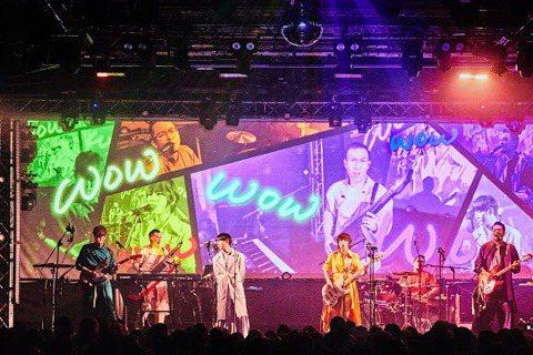 蘇打綠分身樂團「魚丁糸」今晚於華山Legacy舉辦出道演唱會,他們以倒敘的方式,從2015年「冬 未了」專輯的「博物館」揭開序幕,一一唱回2004年樂團剛出道的「空氣中的視聽與幻覺」作品,以歷年來的...