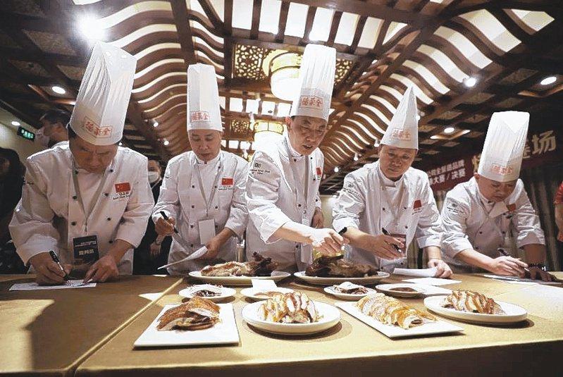 北京百年烤鴨名店全聚德,全面降價10%到15%,盼吸引年輕人上門。(中新社)