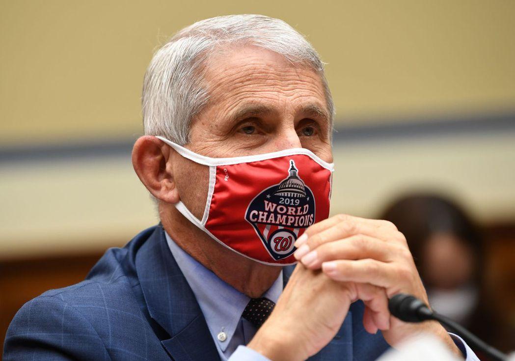 佛奇31日戴著口罩在國會眾院作證。法新社