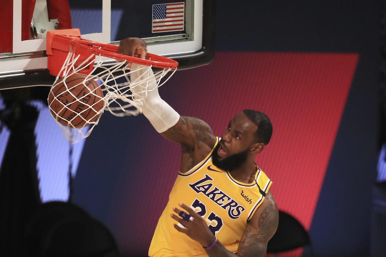 NBA/自投自搶關鍵補籃 詹姆斯:沒響哨就要繼續