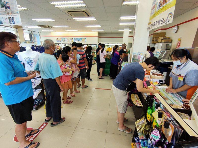 振興三倍券日前在超商與郵局領券,一度大排長龍。 圖/聯合報系資料照片
