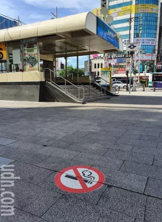 西門捷運廣場禁菸區,違規者8月1日起直接取締告發。記者楊正海/攝影