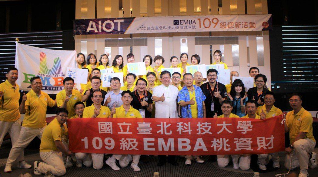 桃園市長鄭文燦(第二排右五)與EMBA學員合影。 吳佳汾/攝影