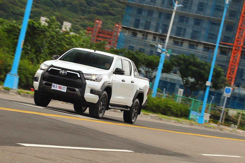 二度小改款Toyota Hilux重點在於新渦輪柴油引擎,已經能符合將於9月上路...