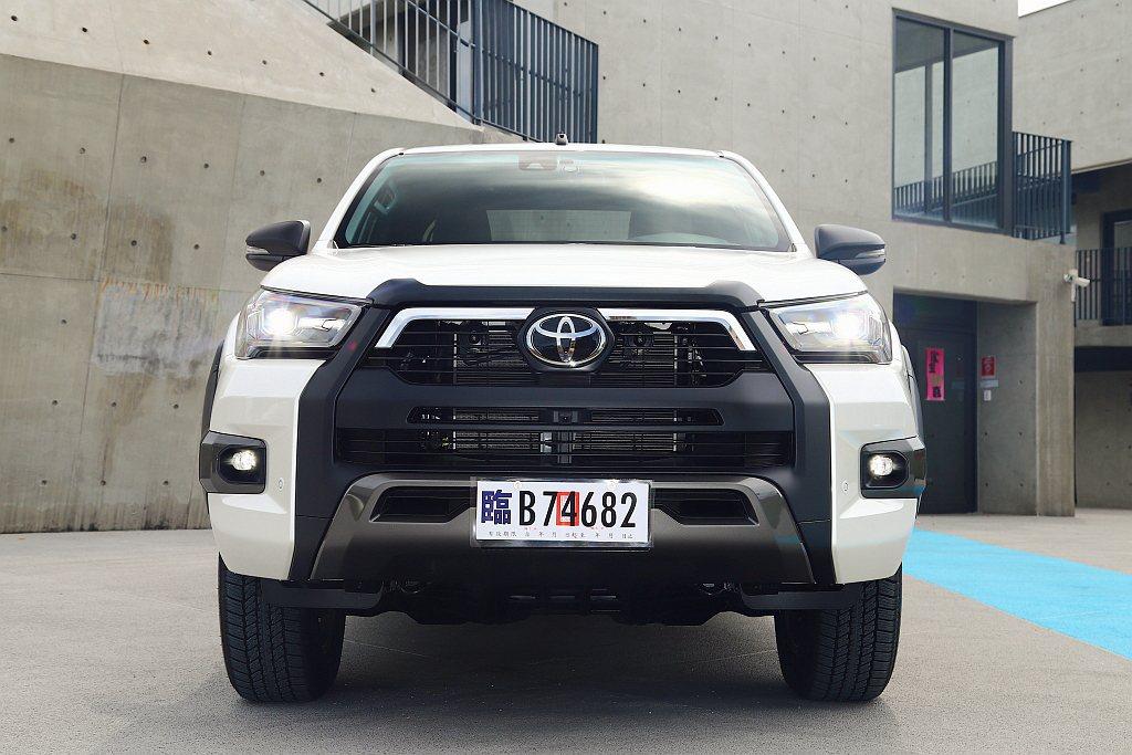 新Toyota Hilux車頭不僅換裝更霸氣的一體式水箱護罩、新造型前保桿、新式...