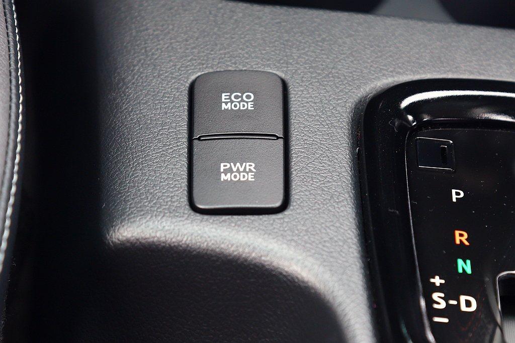 可透過「S」、「手自排」或「ECO」、「PWR」等模式來改變引擎輸出或油門反應。...