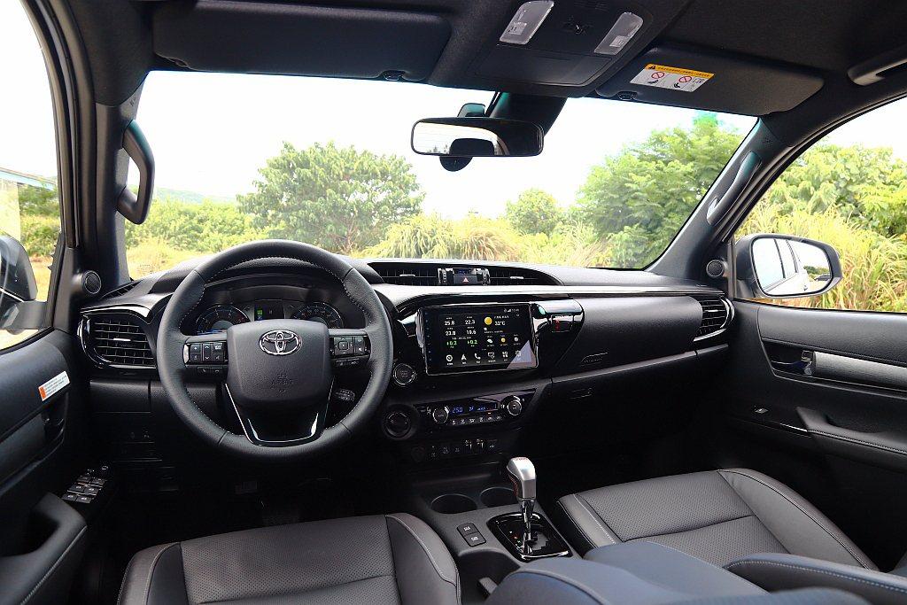 二度小改款Toyota Hilux內裝整體架構不變,但透過細節調整來提升質感與舒...