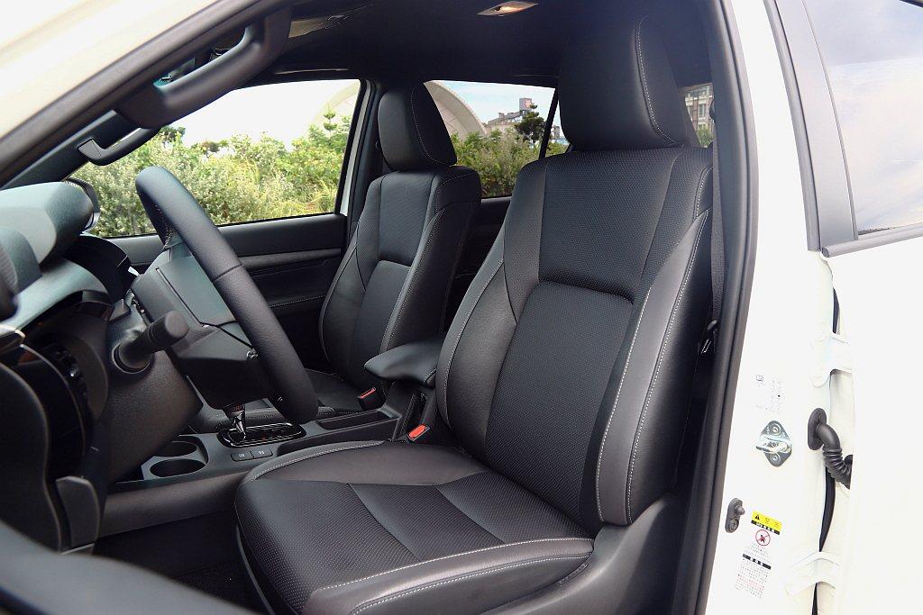 座椅升級黑/灰雙色樣式與前座通風功能,使背部與臀部不會因為久坐而感到悶熱。 記者...