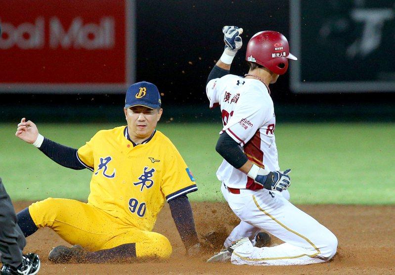 目前為止,陳晨威(右)本季已累積9支三壘打,是聯盟產量最多。 余承翰
