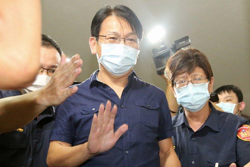 檢調偵辦SOGO經營權爭議和土地開發案,時代力量黨主席徐永明(中)遭聲請羈押禁見。 記者林伯東/攝影