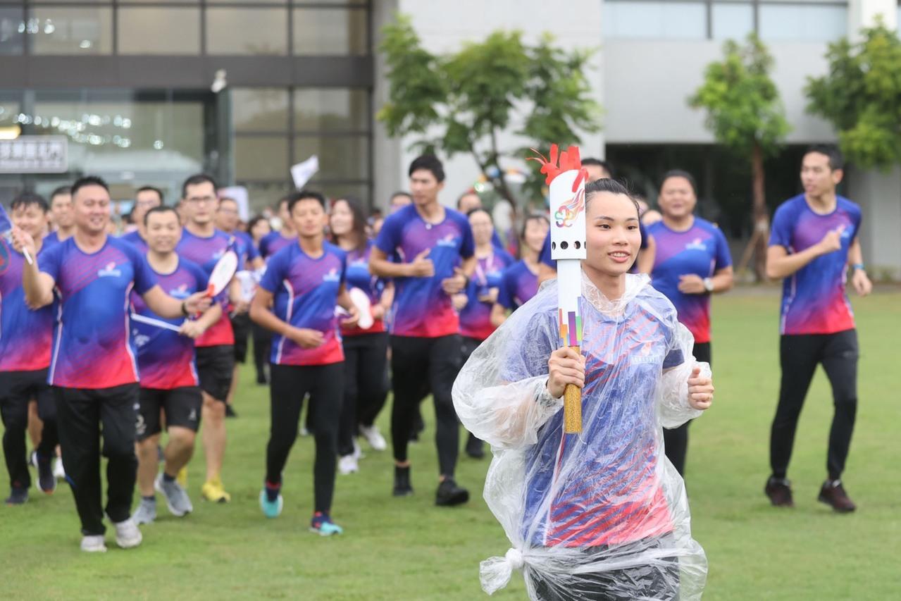 東奧模擬賽/跑好遠啊! 戴資穎、雷千瑩雨中傳聖火
