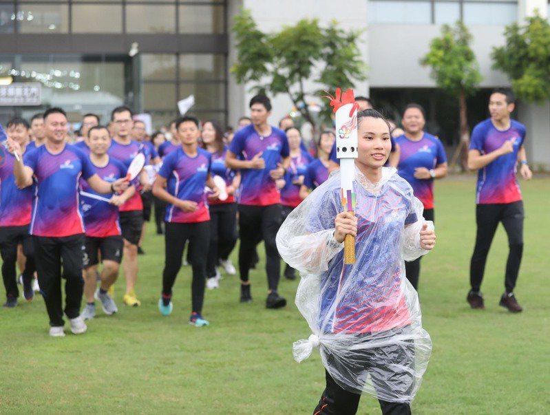 羽球「世界球后」戴資穎和射箭世錦賽金牌「雷母」雷千瑩擔任第一棒,從國訓中心門口起跑。 國訓中心提供