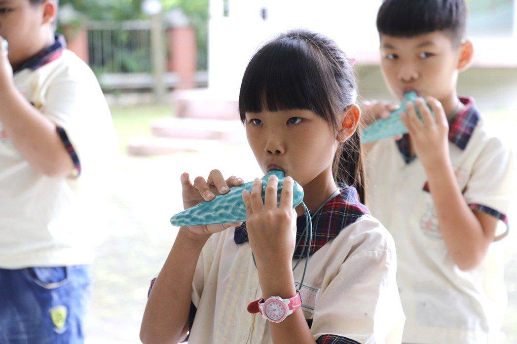 東石國小學童陶笛表演。 嘉大/提供