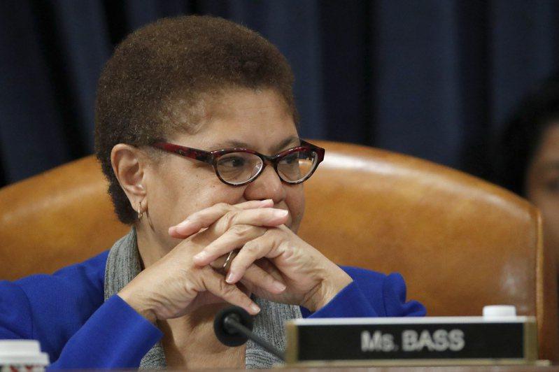 民主黨準總統候選人拜登下周將宣布副手,66歲的加州非裔聯邦眾議員卡倫.巴斯(Karen Bass)30日首度與拜登共同出席籌款活動,被認為有可能中選。 美聯社