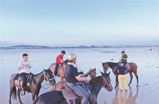 日前一名12歲男孩被捲入海中,被大浪越沖越遠,孩子母親在岸上大聲呼救,此時,正在海邊騎馬的三名男子,立即騎馬衝入海中營救。圖/取自搜狐網